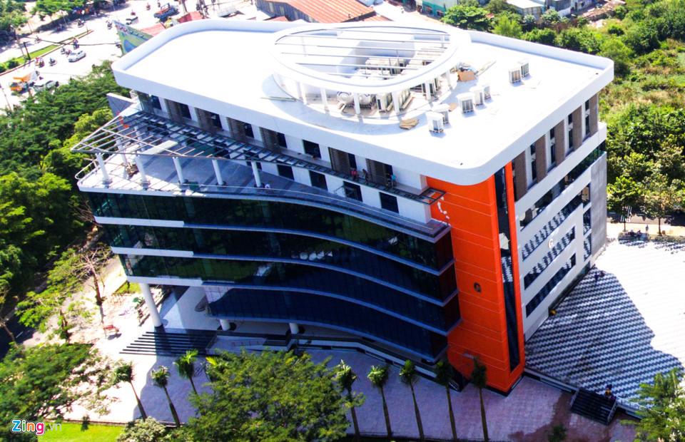 Sáng 15/7, ĐH Tôn Đức Thắng (TP.HCM) đưa vào hoạt động Thư viện Truyền cảm hứng nằm trong khuôn viên trường, tổng vốn đầu tư 129 tỷ đồng.